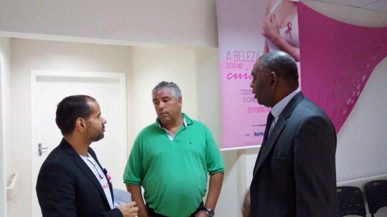 Francisco Rodrigues, presidente do IAB, junto ao diretor médico do RBD, Dr. Gustavo Balthazar, e assessor de imprensa da Secretaria de Saúde do Estado da Bahia